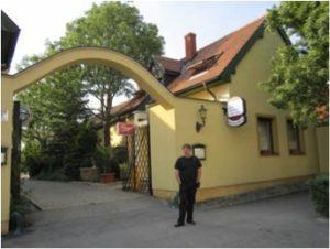 """Darko Pernjak ispred etno-gostinjca """"Levanda"""" u Koljnofu"""