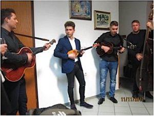 Koljnofski tamburaši poznati su širom Gradišća. U njima sviraju i dva mlada Pajrića: Luka i Marko.
