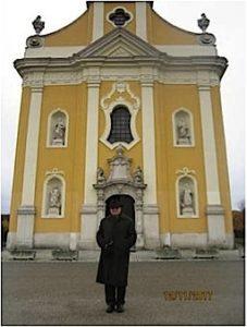 Autor ispred hodočasničke crkve Uznesenja B. D. Marije u Koljnofu.