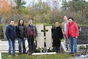 Književnici na grobu pjesnika Lajoša Škrapića u Petrovome selu